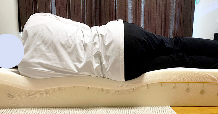 マットレスの端っこで寝てもバランス良く沈み込んでくれて寝姿勢がキレイ