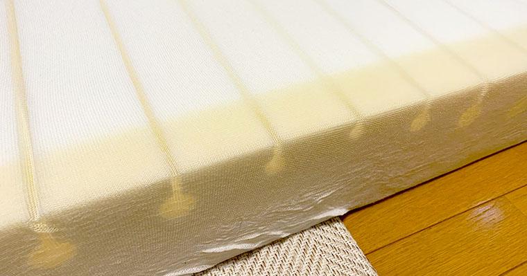 中材の端っこが黄色っぽく変色している。