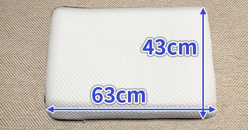 エマピローは幅63cm、長さ43cmのワイドな枕です。