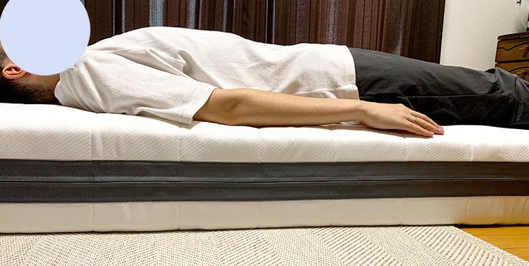 エアウィーヴ【S02】に私が仰向けで寝転がっているところを横から撮影した写真。かためのマットレスですが腰や背中に隙間ができないのでフィットしています。