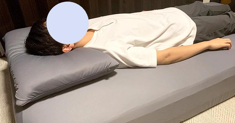 リムネマットレスとリムネ枕で寝ている画像