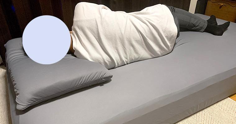 横向き寝をしている画像